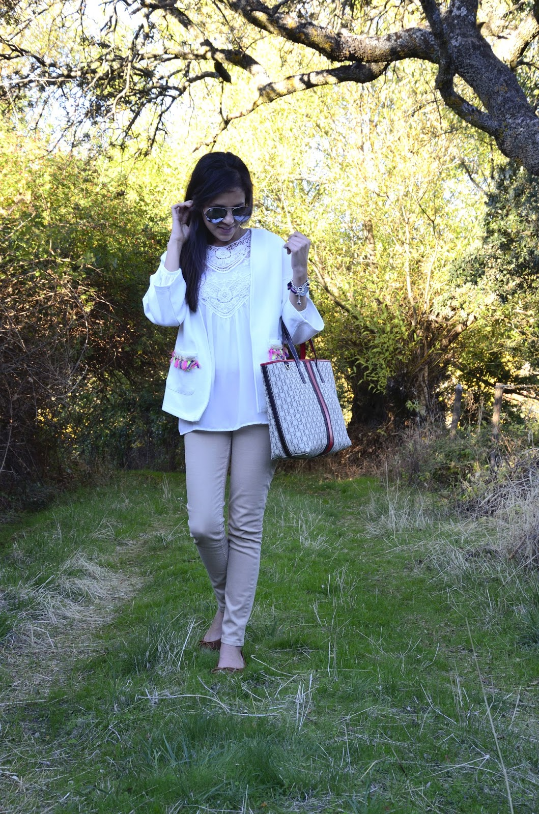 look-trends-gallery-blogger-blazer-kimono-jacket-shopping-bag-carolina-herrera