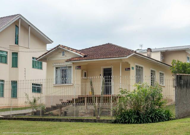 Casa com capelinha na fachada