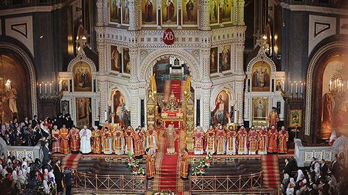 В православных церквях начинается ночная пасхальная служба.