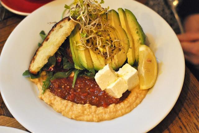 Avocado-Brot mit Hummus, Tomato Jam und mariniertem Feta