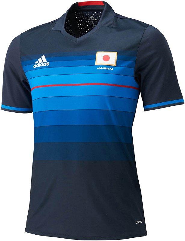63d195f6c3 A camisa reserva é predominantemente branca com a estampa em azul mais  claro