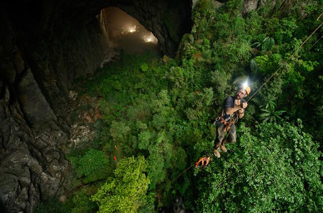 Hay que descender en un verdadero abismo para entrar a la enorme cueva