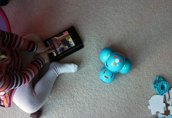 anak bermain robot dash and dot