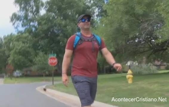 Hombre caminando y evangelizando