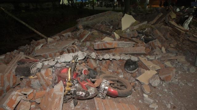 Membuat Sedih! Korban Bencana Gempa Bumi Satu Keluarga Meninggal Dalam Posisi Berpelukan