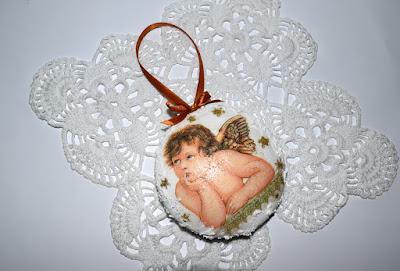 Medaliony ze styropianu oraz świąteczne mini tabliczki.