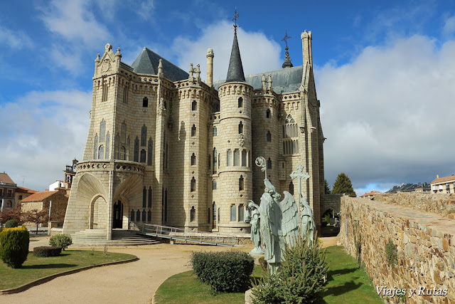 Palacio episcopal de Antoni Gaudi, catedral al fondo. Astorga