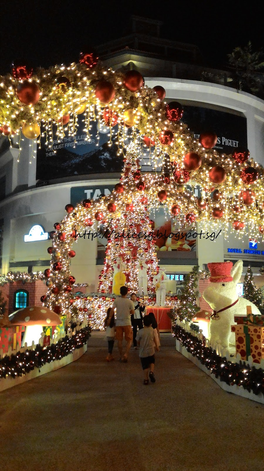 the christmas decorations infront of tanglin mall looked beautiful at night there were snow falling infront of the decorations - Mall Christmas Decorations