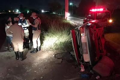Carro com 11 pessoas capota após motorista se assustar com farol na Paraíba