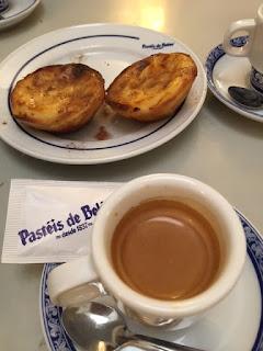 pastéis de Belém com xícara de café