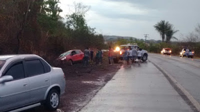Carro se envolve em acidente na BR-222 em Vargem Grande-MA