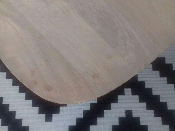 Mesa de madera sin tratar con manchas de grasa