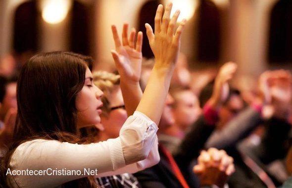 Mujeres adorando en iglesia