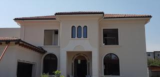 fatade case mediteranee in bucuresti cu arcade si cornise mari, tarasa. Ornamente din polistiren decorativ coartco