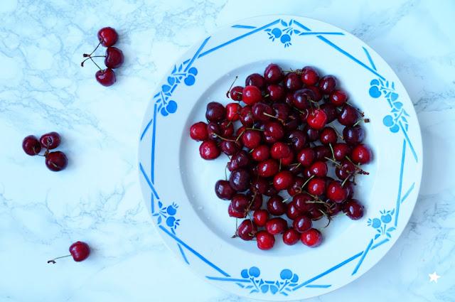 cerises food photography vaisselle ancienne vintage plate