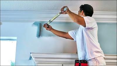 pintor pintando parede