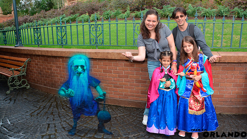 Foto Mágica tirada com o Photopass em frente a Haunted Mansion no Magic Kingdom