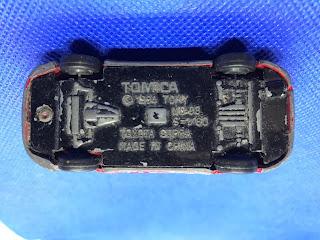 トヨタ スープラのおんぼろミニカーを底面から撮影