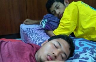 tidur bersama di pagi hari akibat sering begadang