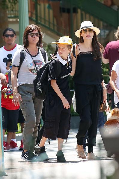 Angelina Jolie leva os filhos ao parque Disney na Califórnia