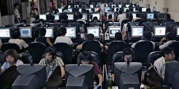 Jovens chineses jogam on-line e navegam na internet num cibercafé na província de Hubei. O cérebro parece se adaptar ao ritmo do computador