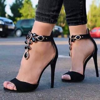 Kolye Görünümlü Bayan Topuklu Ayakkabı
