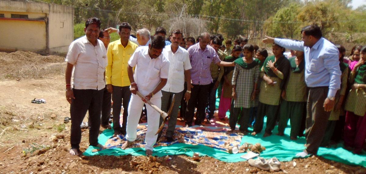 MLA-bilwal-land-worship-school-boundaries-wall-costing-10-lakhs-विधायक ने 10 लाख की लागत की स्कूल बाउंडरी वाल का किया भूमि पूजन