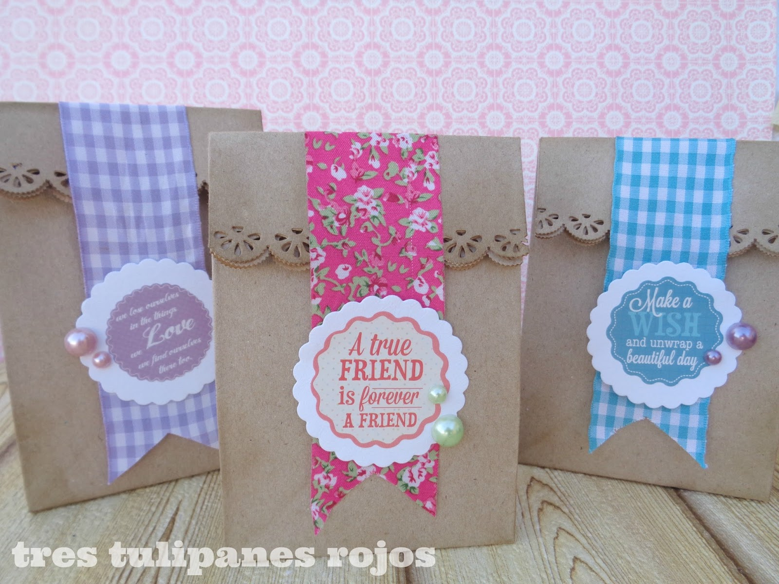 Envolver regalos con bolsitas de papel kraft tres for Cajas personalizadas con fotos