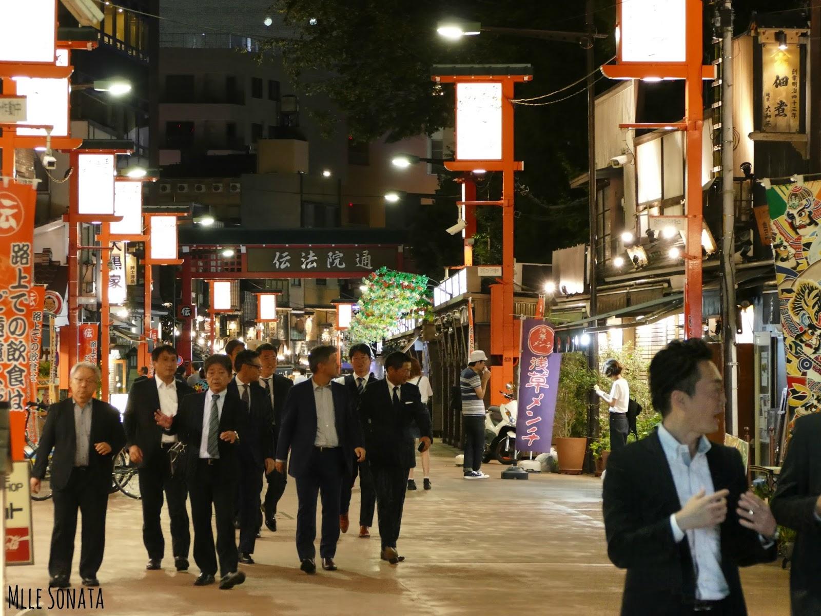 Quartier de Asakusa, sortie des bureaux.