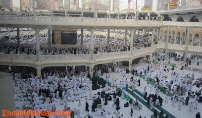 Suasana Thawaf dan Sholat di Sekeliling Ka'bah
