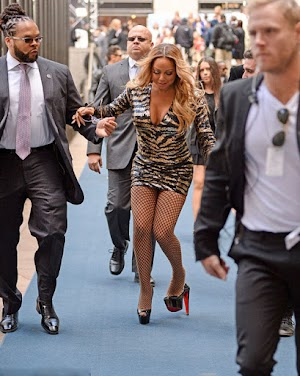 Mariah Carey does not stand on high heels