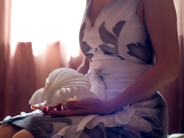 Matrimonio green: bomboniera di carta e abito da sposa dipinto a mano