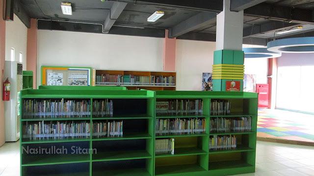 Salah satu rak berisi koleksi di Perpustakaan Taman Pintar Yogyakarta