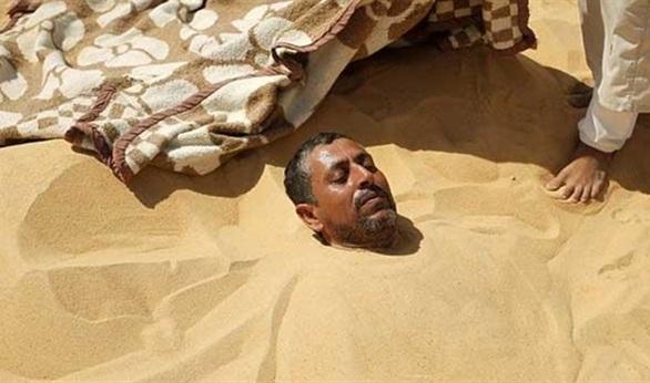 العلاج بالدفن في رمال واحة سيوة