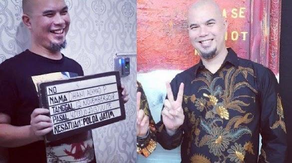 Senyum Lebar saat Foto Bawa Papan Nama di Kantor Polisi, Ahmad Dhani: Kayak Maling Motor