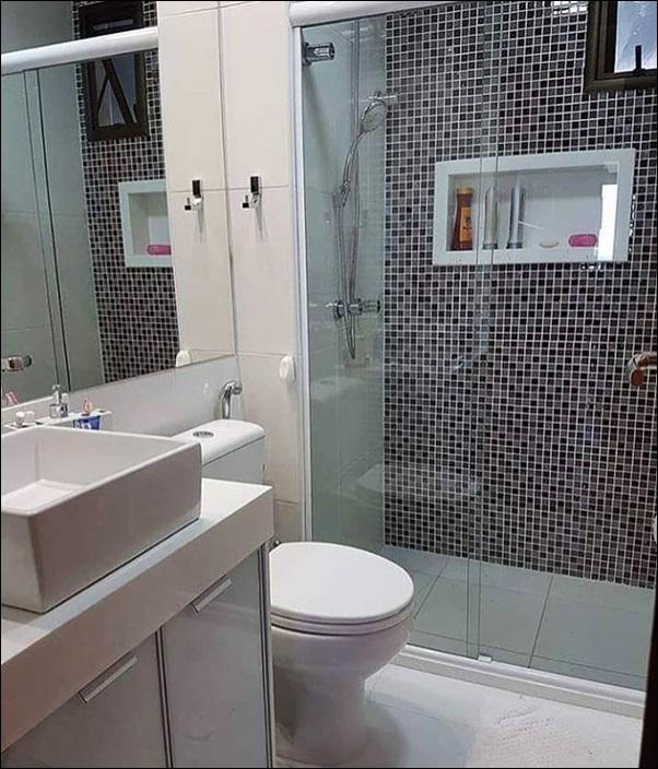 banheiro pequeno com pastilha de vidro