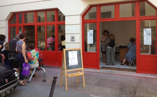 Vitrines et lieu d'exposition à l'entrée du 4bis rue Clavel. Argilerie, atelier de poterie et céramique