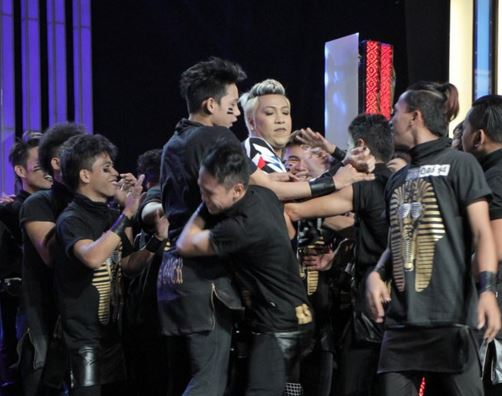 Crossover Family hugs Vice Ganda