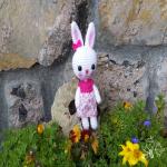 http://mientrascuchufletaduerme.blogspot.com.es/2017/08/patron-gratis-conejita-amigurumi-a-ganchillo-o-crochet.html#more