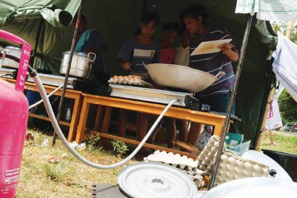 Suasana dapur umum untuk pengungsi di Peduli Gempa Lombok