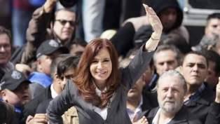 Minutos antes de las 13 del día de ayer, Cristina Kirchner llegó a los tribunales de Comodoro Py para presentarse ante el juez, quien la citó para notificarla en persona de su procesamiento en la causa por la presunta venta irregular de dólar futuro cuando era presidente.