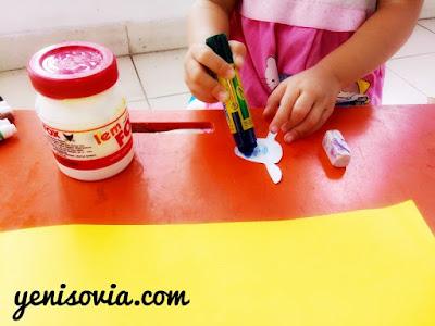 kegiatan stimulasi anak usia dini dengan membuat sebuat prakarya