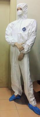 Baju Anti Radiasi dikenakan oleh petugas BAPETEN di dalam ruangan