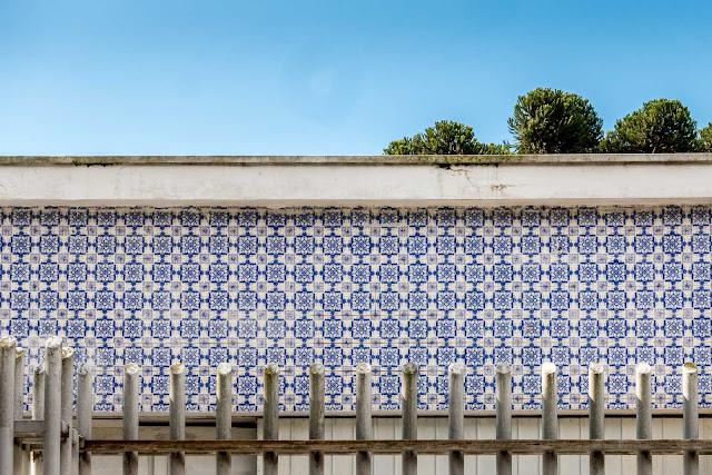 Mais uma casa com azulejos na fachada