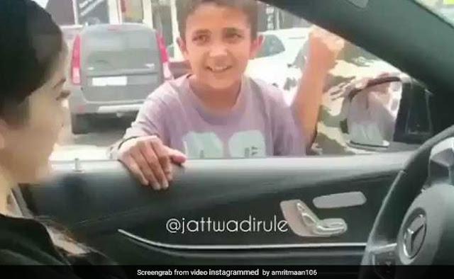लड़की के इशारे पर गरीब लड़के ने किया धांसू डांस.....देखें Video