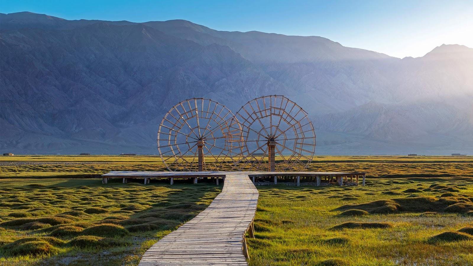 Water wheels in the Tashkurgan Grassland, Tashkurgan Tajik Autonomous County, Xinjiang, China © Ratnakorn Piyasirisorost/Getty Images