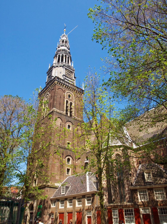 Exterior y torre de la Oude Kerk Amsterdam