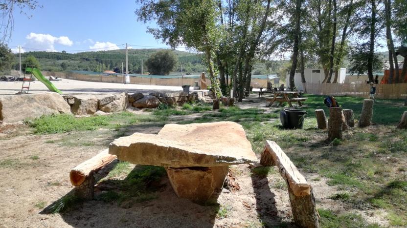 Mesa de piquenique em pedra