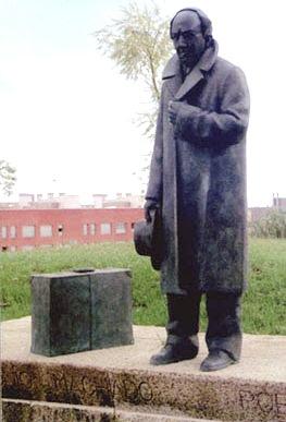 Monumento a Antonio Machado de cuerpo entero