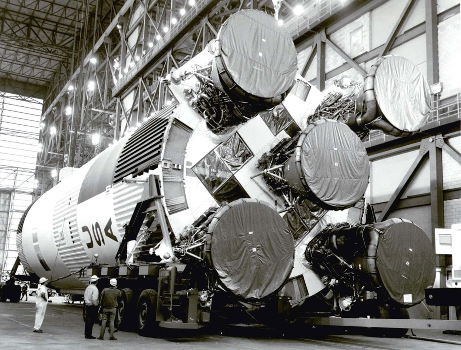O foguete S-1C para a Apollo 11 Saturn V aguarda dentro do prédio da montadora de veículos no Kennedy Space Center da NASA, na Flórida, em 21 de fevereiro de 1969.